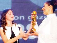 RTGD'den Hande Fırat'a özel ödül! Ödülü bakın kimden aldı?