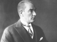 Börü filminde Atatürk'ü hangi ünlü oyuncu seslendirdi?