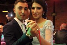 Güzel gazeteci kendisini gözaltına alan askerle nişanlandı