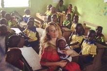 Gamze Özçelik kendini Afrikalı kimsesiz çocuklara adadı
