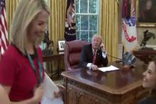 Donald Trump güzel muhabiri görünce...
