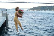Ünlü oyuncu çiçeklerle Boğaz'a atladı!