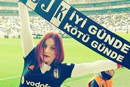 TRT futbolculardan çok onu gösterdi... Peki kim bu kızıl saçlı kız?..