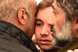 Babasının tabutu başında fenalaştı Yılmaz Erdoğan teselli etti!