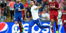 Liverpool-Chelsea maçına saha atlayan YouTuber Deli Mi Ne? damga vurdu