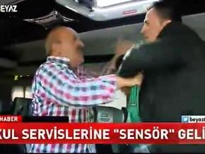 Servis şoförü muhabiri tokatladı