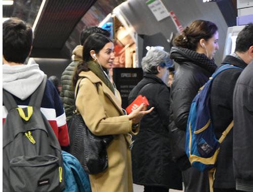 Trafikten bunalan ünlü oyuncu soluğu metroda aldı