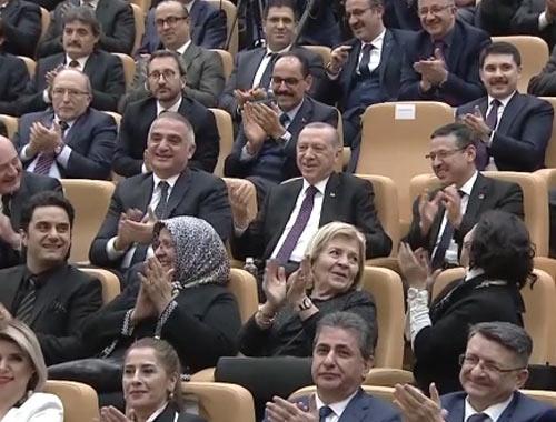 Ünlü bestekar sahneden inerken Cumhurbaşkanı Erdoğan bu işareti yaptı