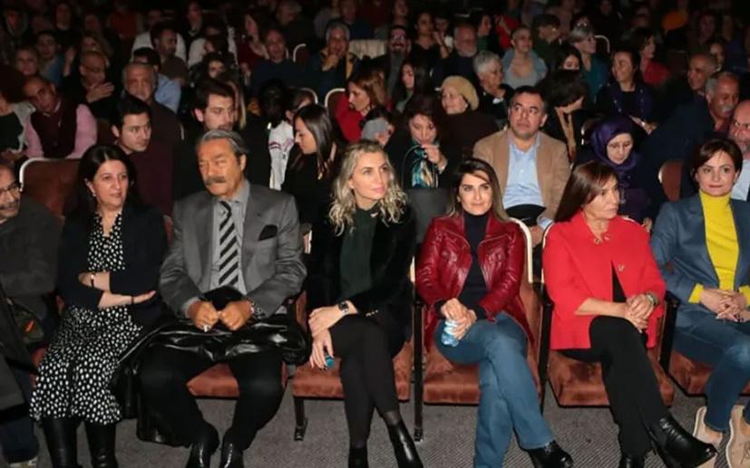"""Hadi Özışık'tan tiyatroyu izleyen 5 kadına """"terörü lanetleyin"""" çağrısı!"""