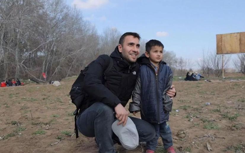 Alkışlar sınırda bekleyen göçmenlere yardım dağıtan Ulaş Tuna Astepe'ye