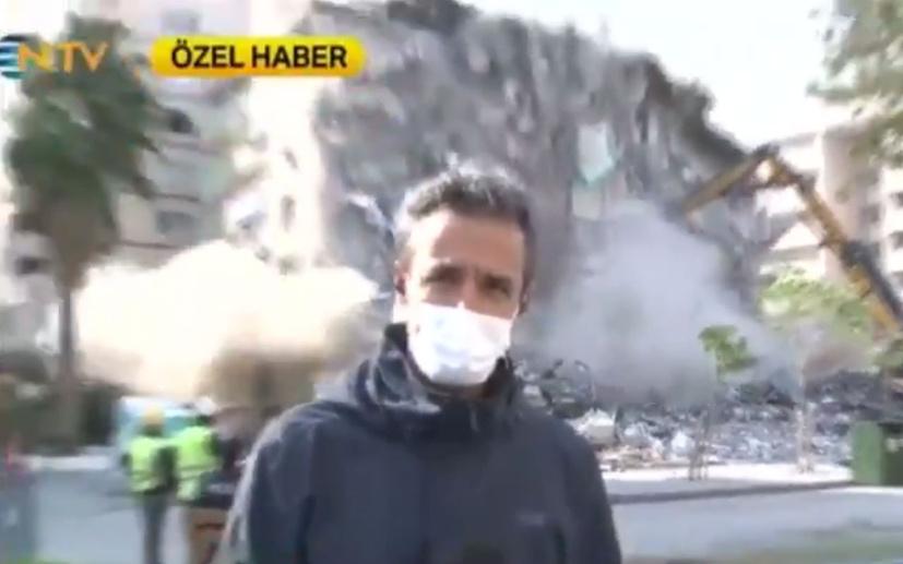 NTV muhabiri İzmir'den anons çekerken arkasındaki bina yıkıldı