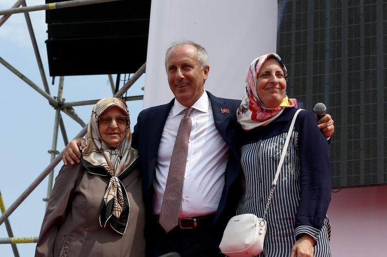 Muharrem İnce annesi Zekiye İnce (solda) ve kız kardeşi Meryem İnce (sağda) ile.